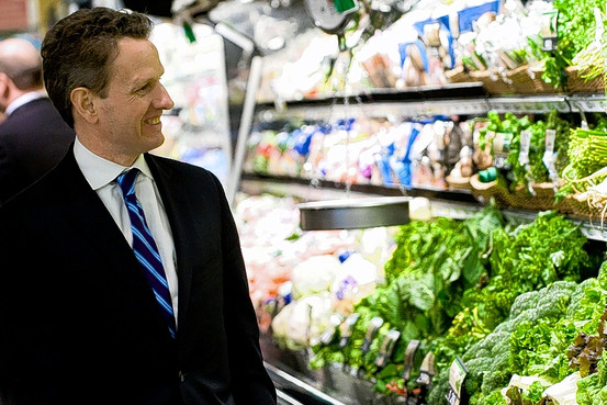 Geithner_in_the_produce_section